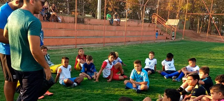 Crianças passam por peneira para clube profissional de futsal