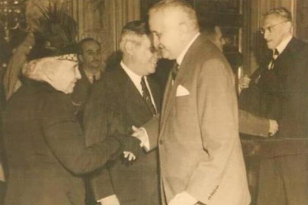 Dona Sinhá recebe homenagem ao lado do então presidente Eurico Gaspar Dutra, Assis Chateubreand e Altino Arantes